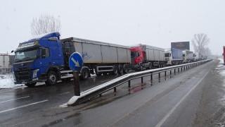 """Срив в системата на митниците спря тировете през ГКПП """"Гюешево"""""""