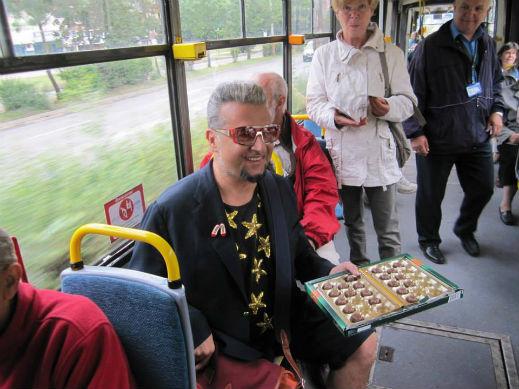 Евгени Минчев отпразнува рождения си ден в трамвай (Снимки)