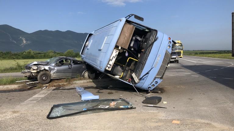 Автобус, превозващ ученици, катастрофира тежко край Враца, предаде bTV. Бусът