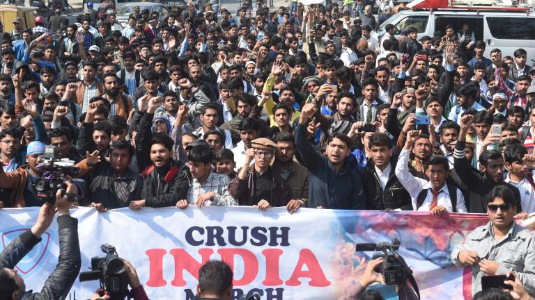 Управлението за гражданска авиация на Пакистан обяви, че е затворило