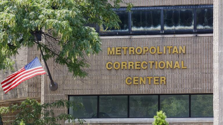Директорът на Федералното бюро на затворите Хю Хъруиз е отстранен
