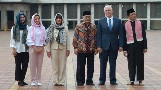 Майк Пенс похвали демокрацията и умерения ислям в Индонезия