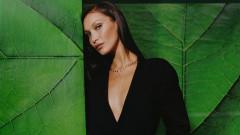 Бела Хадид по бански и с коктейл