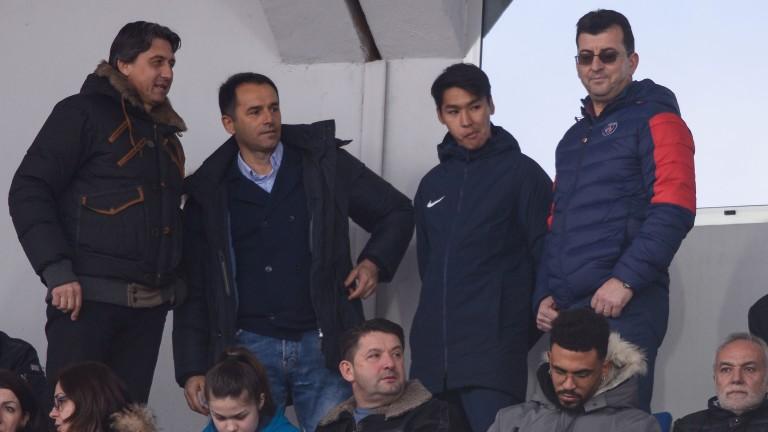 """Новото попълнение на Левски - Еркебулан Сейдахмет, който отпадна от групата на """"сините"""" час преди началото на дербито, гледа новите си съотборници от трибуните на националния стадион."""