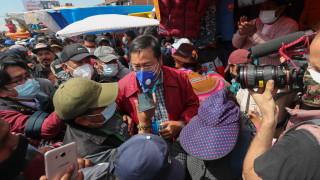 """Социалист предизборно """"раздава"""" пари в Боливия"""