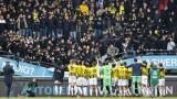 На косъм от трагедия: Трибуна се срина в Нидерландия, феновете продължиха да празнуват