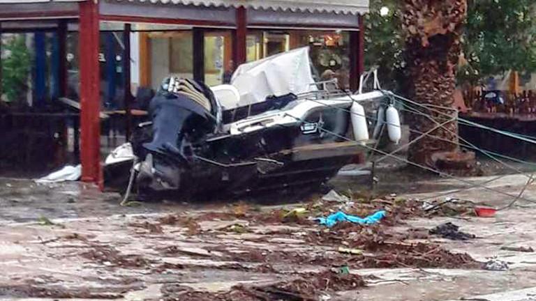 Трима души са изчезнали в Гърция, след като циклонът