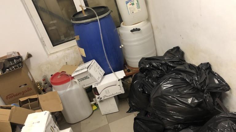 Снимка: Откриха стотици литри незаконни нафта и алкохол в хотел в Боровец