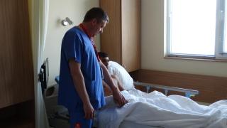 Със сложна и рядка операция спасиха ръката на млад мъж