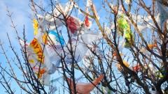 """Придошла река в Бургаско """"окичи"""" дървета с тонове боклуци"""