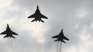 Три дни вертолети и самолети тренират в небето над София за парада