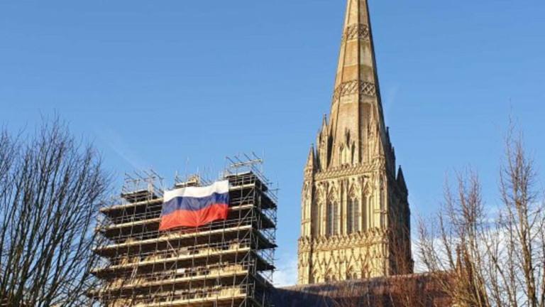Появата на руски флаг, окачен на скеле край катедралата в