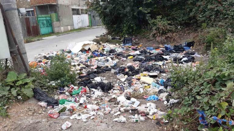 Жители на Бургас са притеснени заради незаконно сметище в кв.