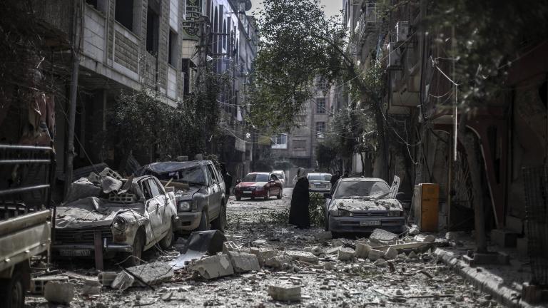 Евакуират хиляди от обсадено предградие на Дамаск