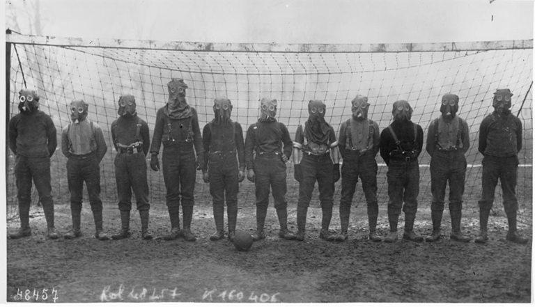 Националният отбор на Англия по време на Първата световна война. Снимката е заснета през 1916 година.