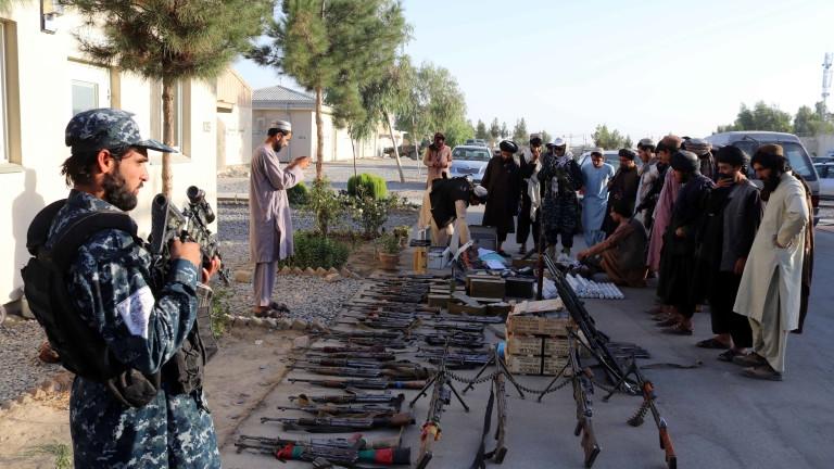 Афганистанската икономика е на ръба на краха, което би влошило