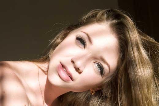 Скандално! Порно звезда в клип на Майли Сайръс