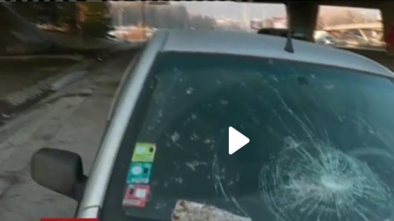 Парче от моста над Околовръстното се срути върху кола