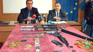 Разбиха наркодепо и боен арсенал в Бургас