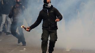 Самоделки и метални тръби срещу гръцки полицаи