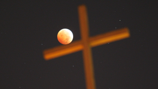 "Изгря ""ягодова"" луна"