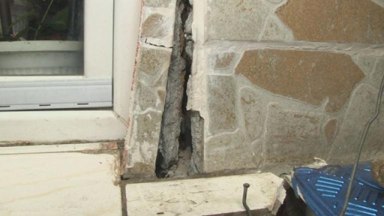 Снимка: Къща се срути в столицата, няма пострадали