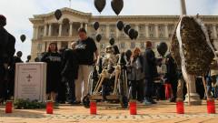 Не пуснаха майките с черни балони и тениски в парламента