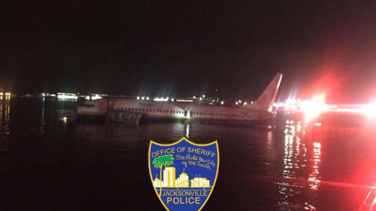 """""""Боинг 737"""" се приземи в река във Флорида"""