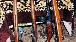 Задържаха 46-годишен мъж с голямо количество старинни оръжия