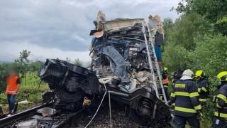 Двама загинали и десетки ранени при сблъсък на пътнически влакове в Чехия