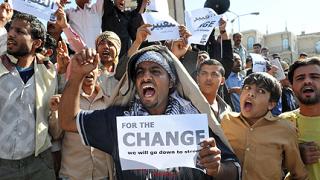 Демонстранти си разменят камъни в Йемен