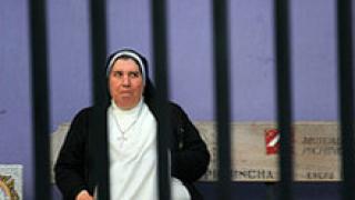 Избягала затворничка се преоблича като монахиня