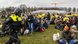 Водни оръдия и палки в Хага срещу протестиращи против локдаун