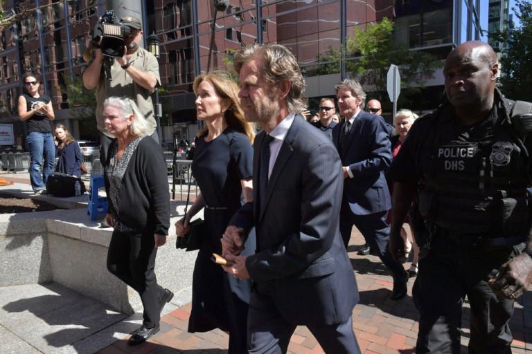 Фелисити Хъфман се отправя към съда заедно със съпруга си Уилям Мейси