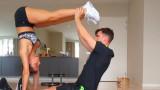 Футболистът, секси гаджето му и какво правят у дома