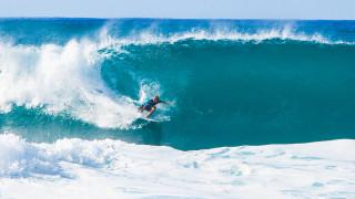 Заснеха на видео сърфист, затиснат от 20-метрова вълна в Португалия