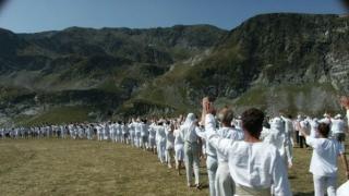 Дъновистите посрещат слънчевата нова година до езерото Бъбрека в Рила
