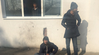 Медицински екипи преглеждат в Центъра за бежанци в Харманли