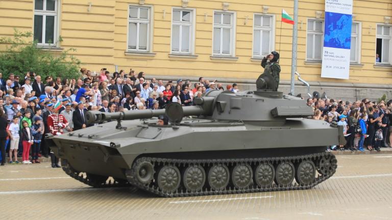 СДС: Ако военните маршируват с маски на парада, дали това ще мотивира нацията