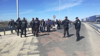 Турция възмутена от блокадата на границата, властите негласно я подкрепяли