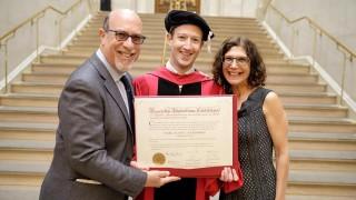 С 12 години закъснение Зукърбърг завърши Харвард. За какво призова той обществото?