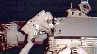 """Космонавтите от """"Атлантис"""" успешно завършиха 4-то излизане"""