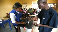 Дълги опашки и високи очаквания на историческите президентски избори в Либерия