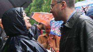 Стотици симпатизанти на БСП слушат Станишев под дъжда