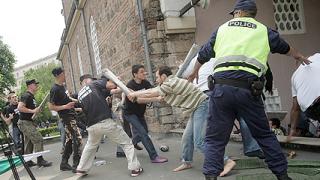 Кървав сблъсък между атакисти и мюсюлмани пред джамията