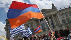 Десетки празнуват пред парламента в Берлин признаването на арменския геноцид