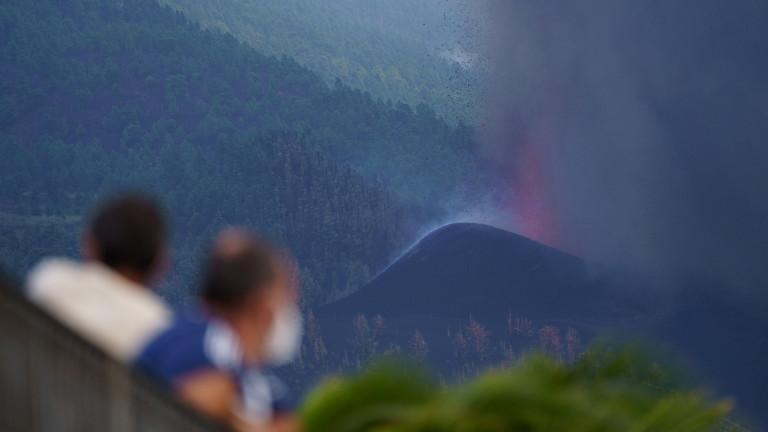 Лавата, изхвърлена от първото вулканично изригване на Канарските острови от