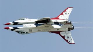 F-16 се разби при въздушно шоу в Колорадо, на което е присъствал Обама