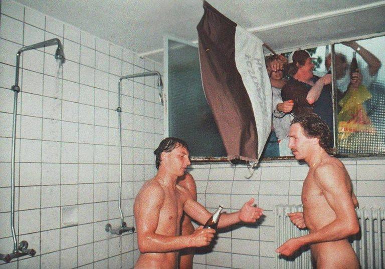 Феновете на Санкт Паули празнуват спечелената промоция през 1988 година, нахлувайки през прозореца в съблекалнята на отбора, докато футболистите се къпят.