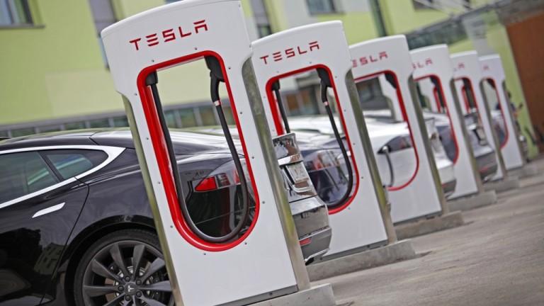 Tesla продължава да губи стотици милиони